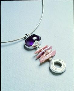 5 張修然〈威尼斯嘉年華〉紫水晶、淡水珠、鑽石、白K