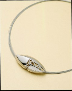 7 張修然〈飛行器〉鑽石、銀鍍白K