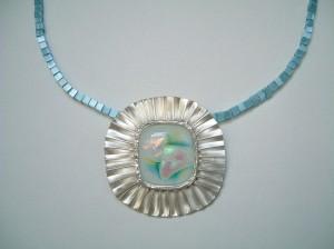 1.蛋白琉璃寶石珠寶項鍊胸針